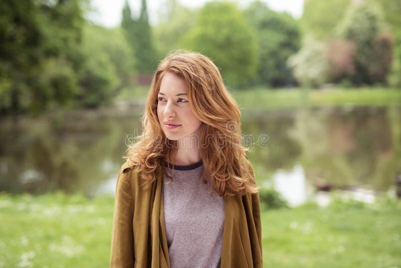 Nadenkend vrij Blond Meisje die zich bij Oever van het meer bevinden royalty-vrije stock foto's