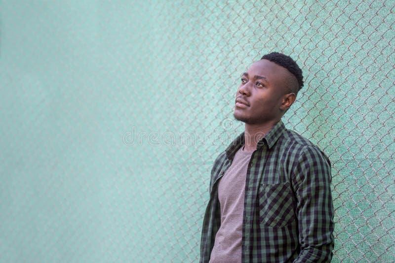Nadenkend zwart mannelijk model Het stedelijke leven Peinzende Afrikaanse Amerikaanse mens in openlucht, stijlconcept royalty-vrije stock foto's