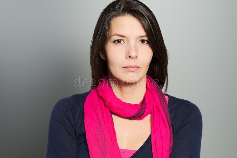 Nadenkende aantrekkelijke vrouw met een rustig gezicht royalty-vrije stock afbeeldingen