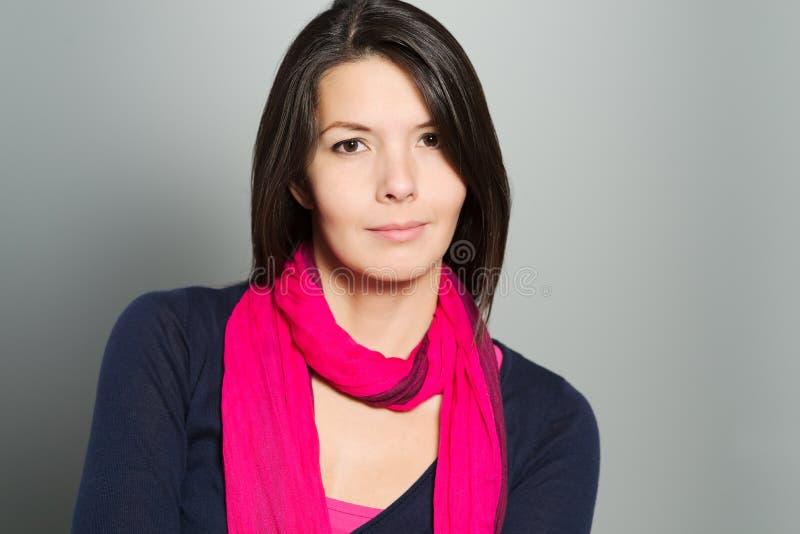 Nadenkende aantrekkelijke vrouw met een rustig gezicht stock foto's