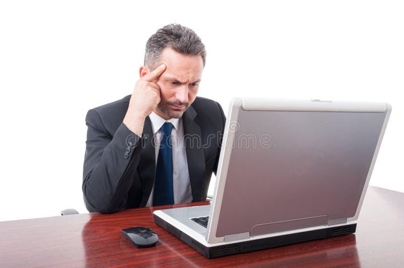 Nadenkende advocaat bij zijn bureau stock afbeelding