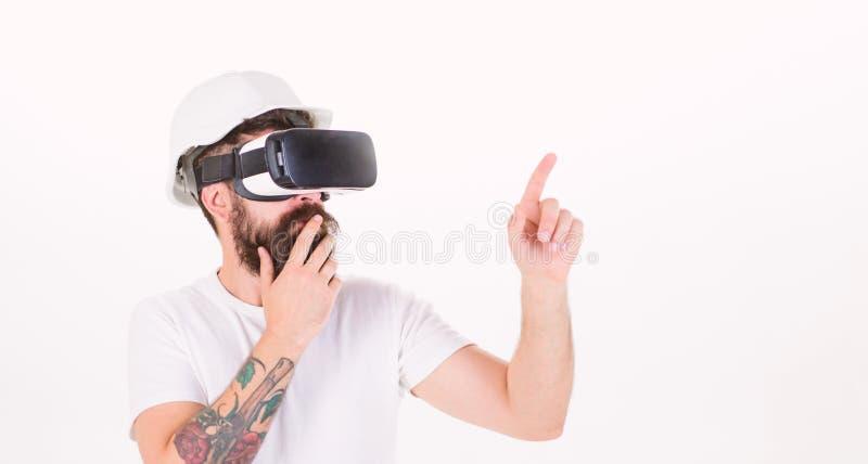 Nadenkende architect die nieuw project maakt dat digitaal touch screen met behulp van Bouwer met baard in helm op wit wordt geïso stock foto