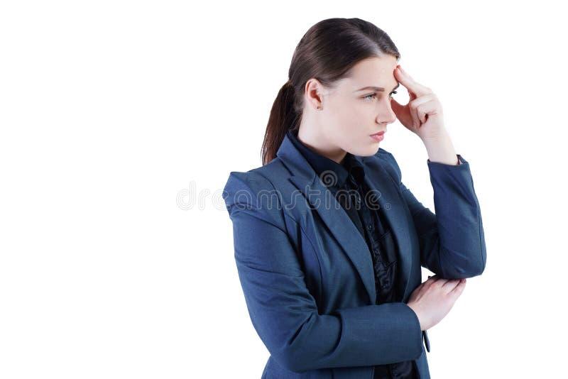Nadenkende bedrijfsdievrouw met handen wat betreft het hoofd - over wit wordt geïsoleerd Bezinningen, twijfels, besluitvorming stock foto's