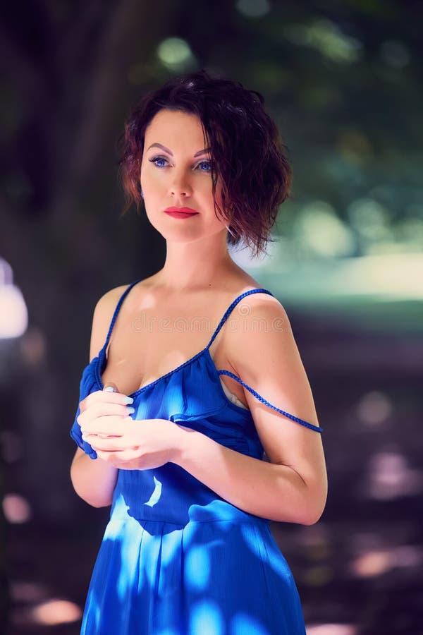 Nadenkende blauw-eyed jonge vrouw royalty-vrije stock foto's