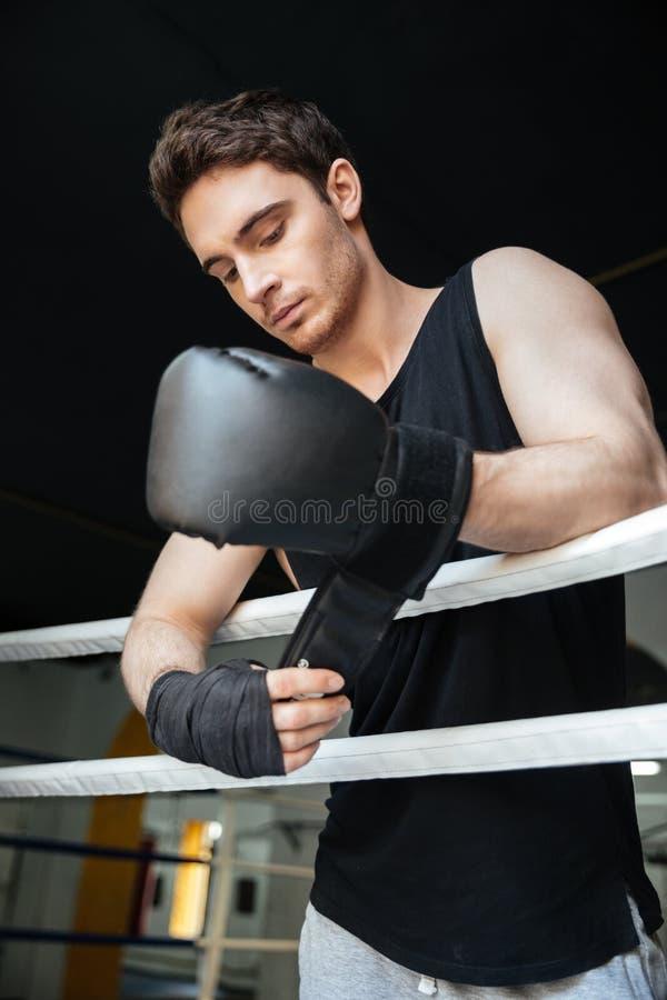 Nadenkende bokser die handschoenen dragen stock foto