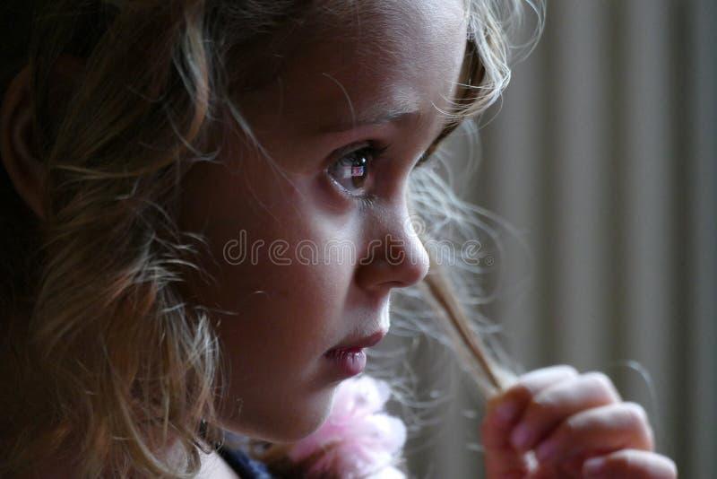Nadenkende dichte omhooggaand van een drie éénjarigenmeisje royalty-vrije stock fotografie