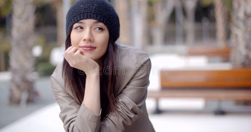Nadenkende ernstige in jonge vrouw royalty-vrije stock afbeeldingen