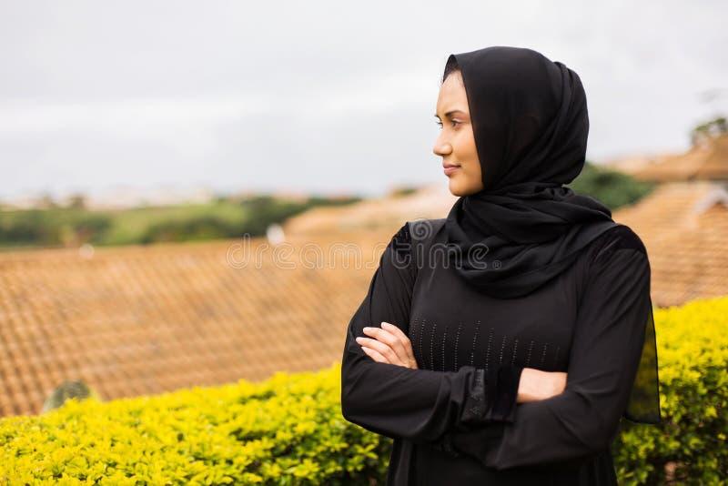 Nadenkende jonge moslimvrouw royalty-vrije stock afbeelding