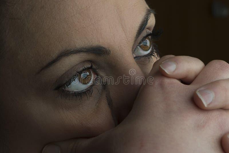 Download Nadenkende jonge vrouw stock foto. Afbeelding bestaande uit gezondheid - 29504022