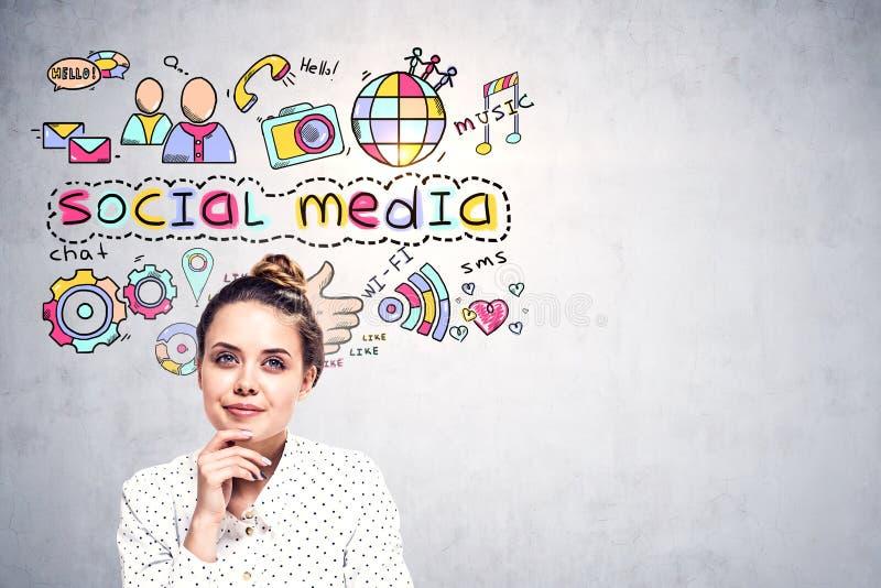 Nadenkende jonge vrouw, sociale media pictogrammenspot omhoog stock foto's