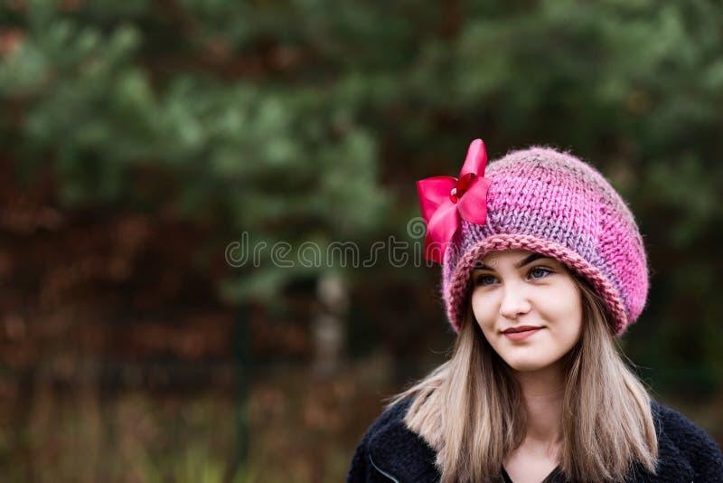 Nadenkende jonge vrouw in wollen GLB stock afbeelding