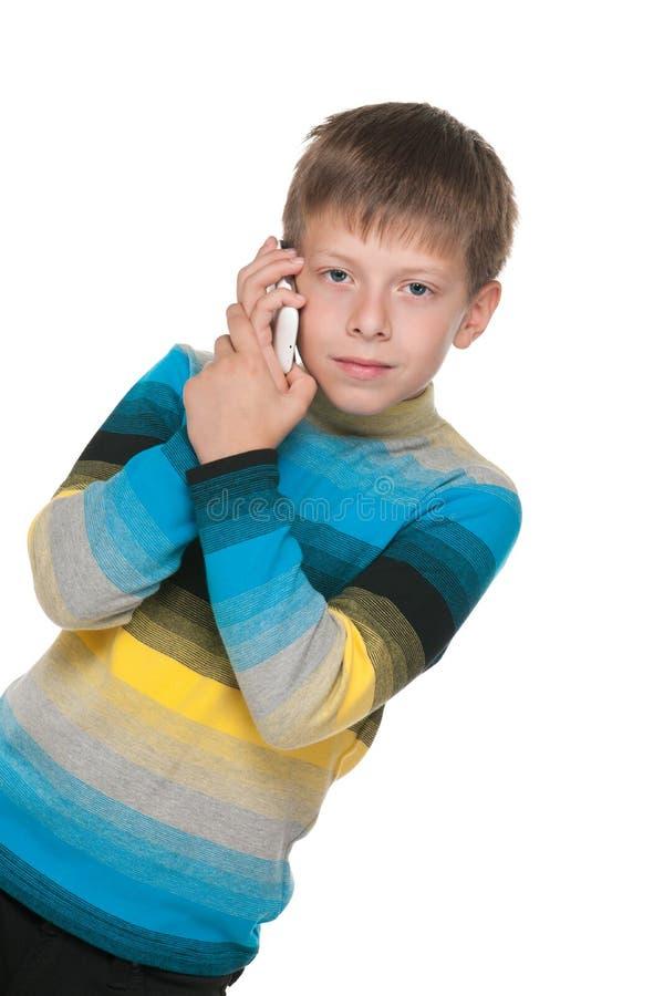 Nadenkende jongen met een celtelefoon royalty-vrije stock foto's