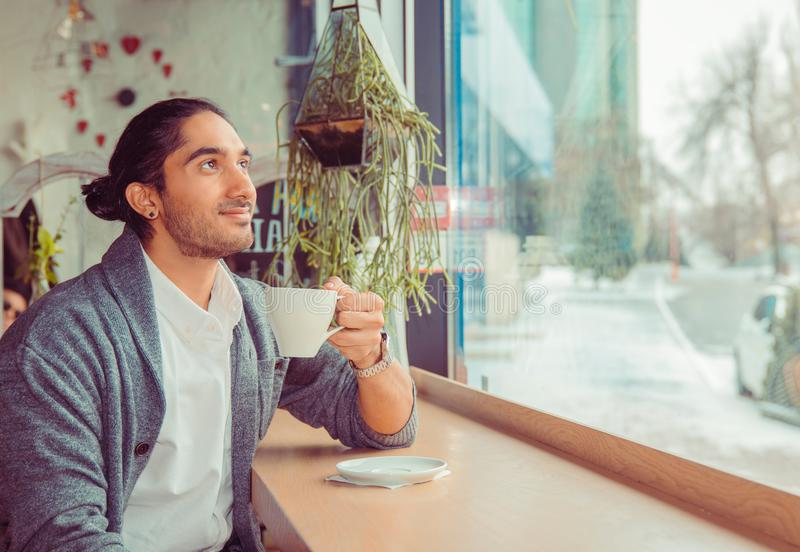 Nadenkende mens die bij in koffiewinkel op dagdromen kijken royalty-vrije stock foto