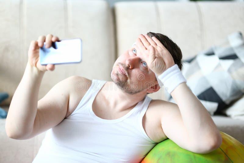 Nadenkende Mens die Opleiding op Mobiele Telefoon schieten stock afbeelding