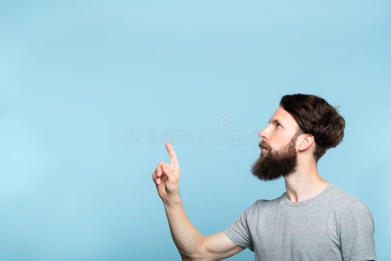 Nadenkende mens die verlaten pers virtuele knoop bereiken royalty-vrije stock foto's
