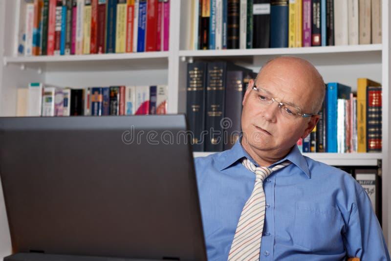 Nadenkende mens en laptop royalty-vrije stock foto