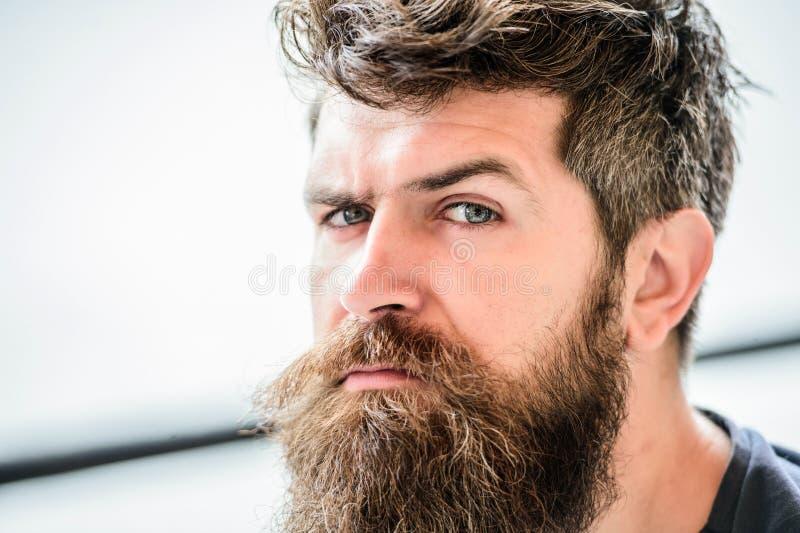 nadenkende mens openlucht Gezichtshuidzorg Rijpe hipster met baardhaar brutale mannelijke behoeftenkapper De gebaarde mens voelt royalty-vrije stock afbeeldingen
