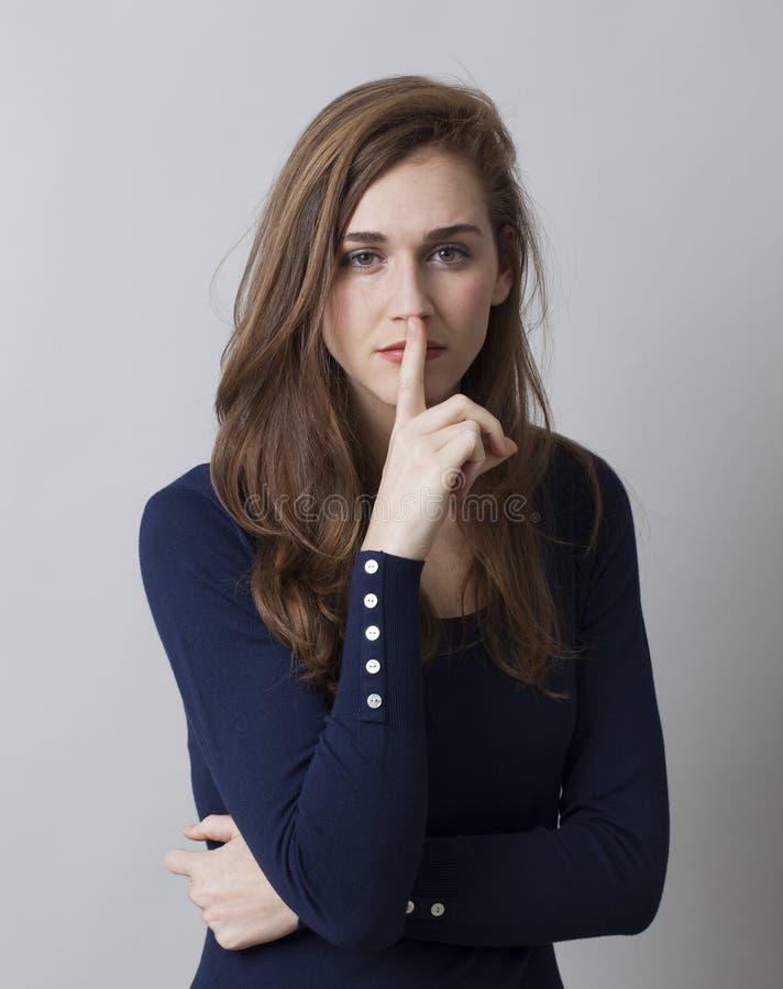 Nadenkende mooie jonge vrouw die geheim vereisen te houden royalty-vrije stock foto's