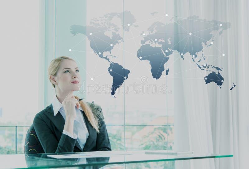 Nadenkende onderneemster in bureau, bedrijfsglobaliseringsconce stock afbeelding