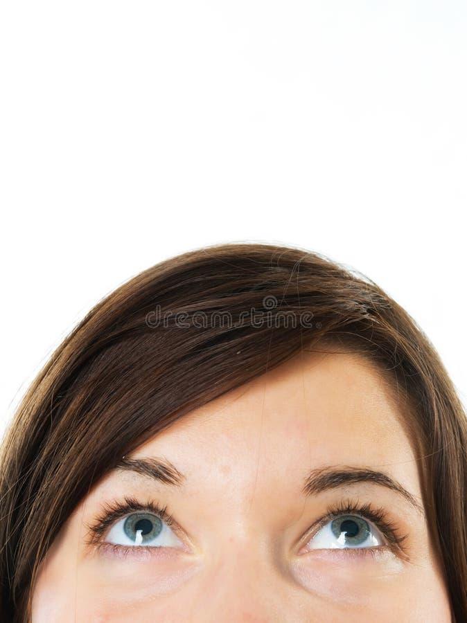 Nadenkende onderneemster die omhoog kijkt stock fotografie