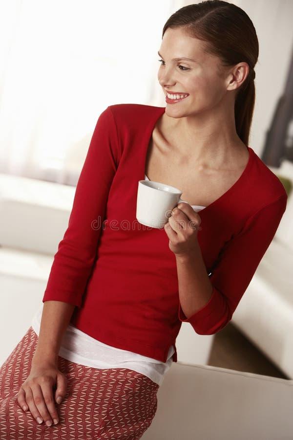 Nadenkende Onderneemster Holding Coffee Cup in Bureau stock foto's