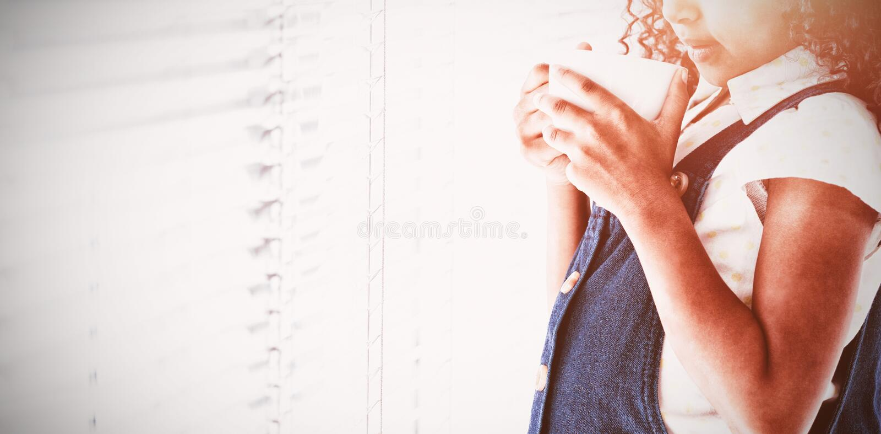 Nadenkende onderneemster met krullende de koffiekop van de haarholding stock afbeeldingen