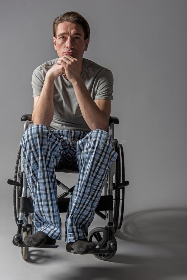 Nadenkende ongeldig die in rolstoel worden gezet royalty-vrije stock fotografie