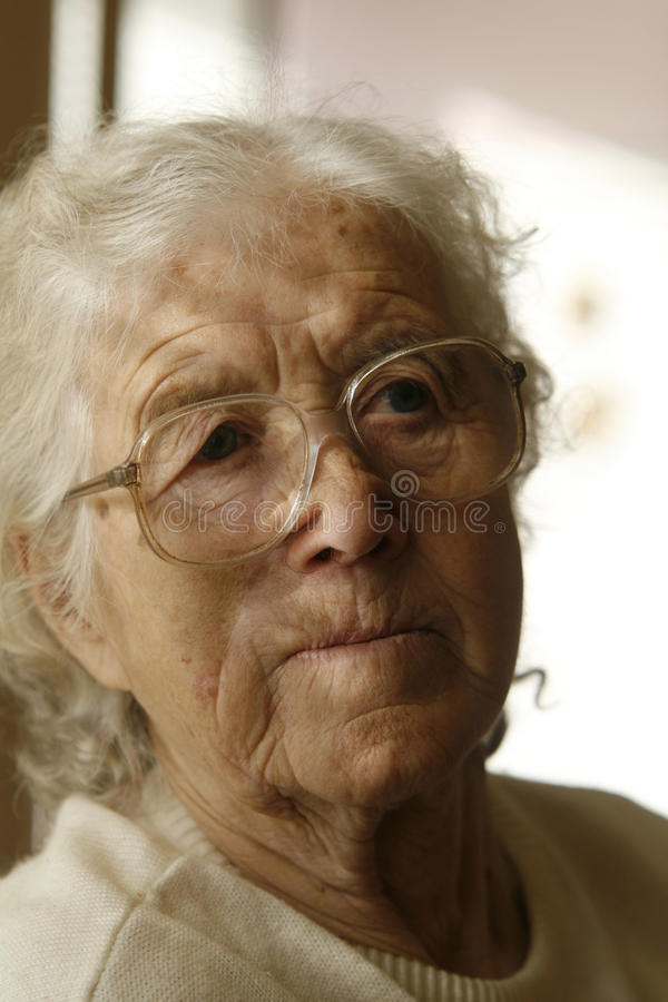 Nadenkende oude dame royalty-vrije stock fotografie