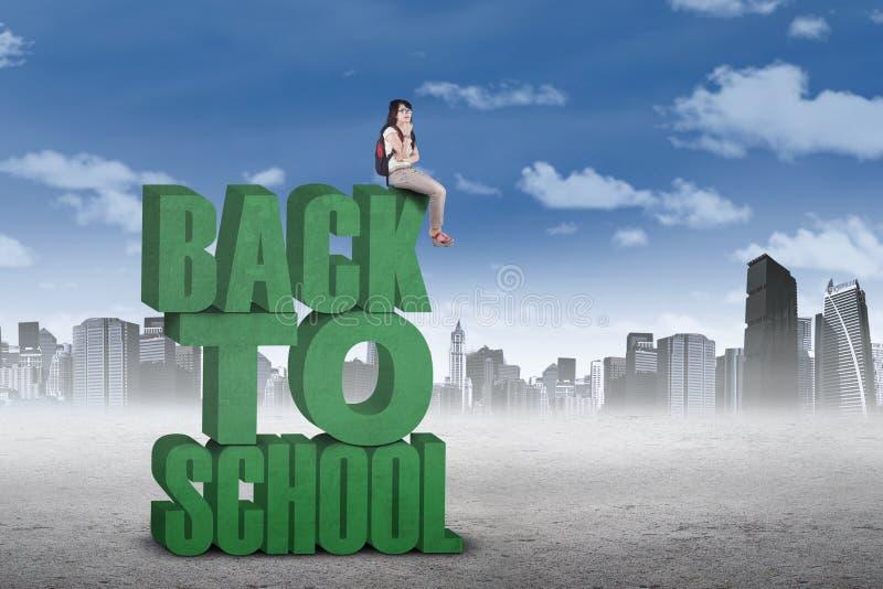 Nadenkende studentenzitting op de tekst van terug naar school royalty-vrije stock fotografie