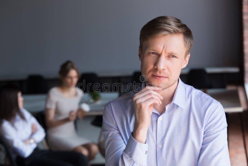 Nadenkende twijfelachtige midden oude zakenman die weg thinkin kijken stock fotografie