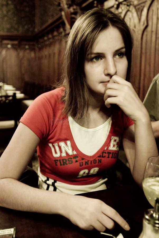 Nadenkende vrouw in restaurant stock afbeeldingen