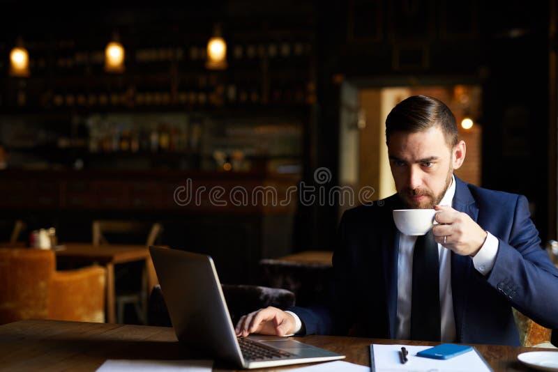 Nadenkende zakenman die aan rapport werken stock afbeeldingen