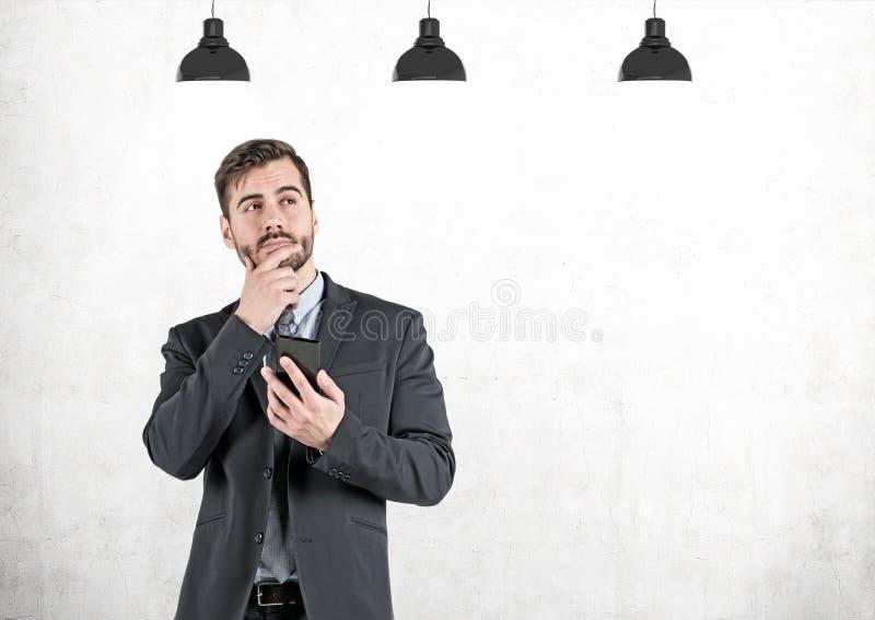 Nadenkende zakenman met concrete smartphone, stock foto's