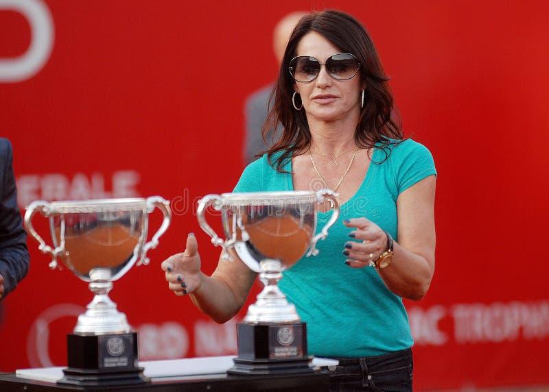 Nadia Comaneci con i trofei fotografie stock libere da diritti