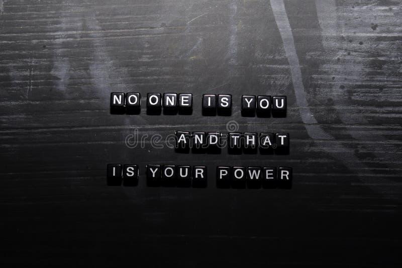 Nadie es usted, y ése es su poder en bloques de madera Concepto de la educaci?n, de la motivaci?n y de la inspiraci?n stock de ilustración