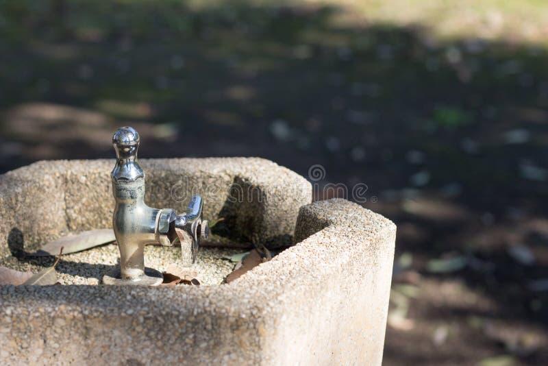 Nadie, ninguna agua, fauntain de consumición en parque fotos de archivo