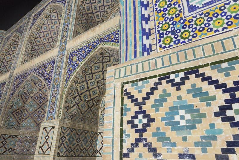 Nadir Divan-Begi Madrasah Mosque vägggarnering Fotofors från near av väggen Arabiska islamiska keramiska dekorer Lyabi-hauz arkivfoton