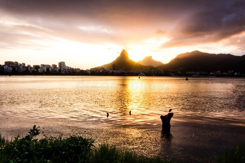 Nadjeziorny widok jezioro podczas zmierzchu zmrok, prawie = zdjęcia royalty free