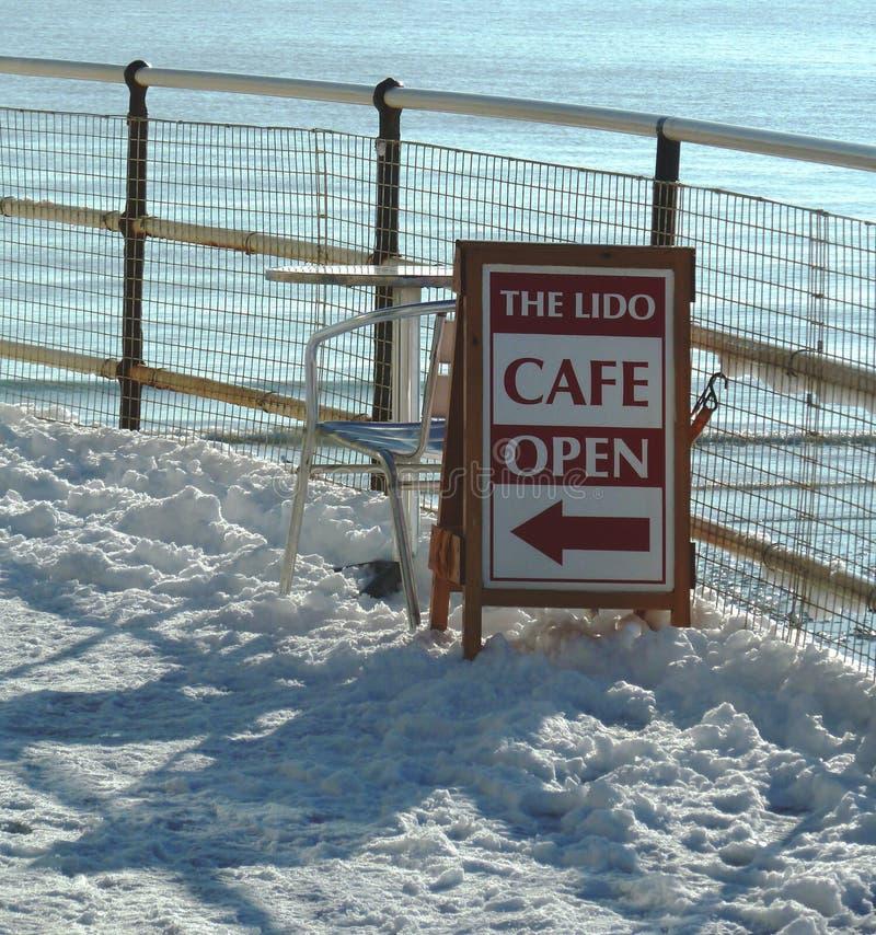 Nadmorski kawiarnia podpisuje wewnątrz śnieg zdjęcia royalty free