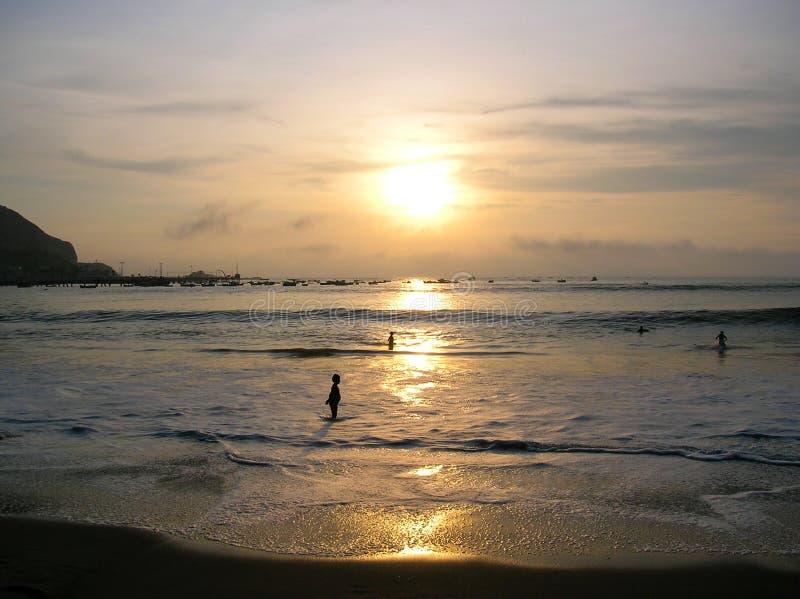 Nadmorski krajobraz morzem przy półmrokiem zdjęcie royalty free