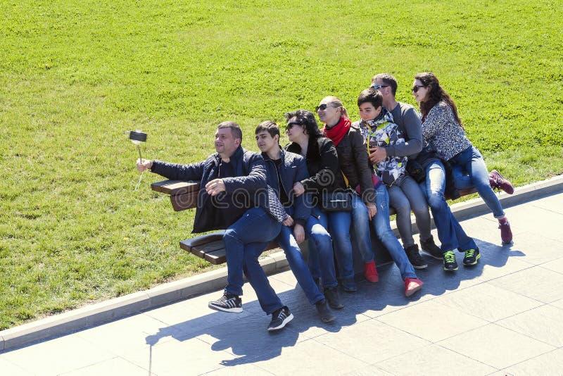Nadmorski park, Baku Azerbejdżan, Marzec, - 29, 2017 Grupa turyści bierze selfie w nadmorski parku na ławce obraz royalty free