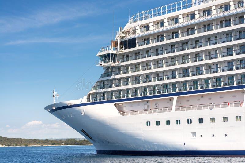 Nadmorski widok na wielki luksusowy krążownik obrazy royalty free