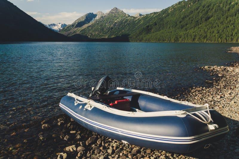 Nadmuchiwana łódź z silnikiem na pięknym malowniczym jeziorze fotografia royalty free