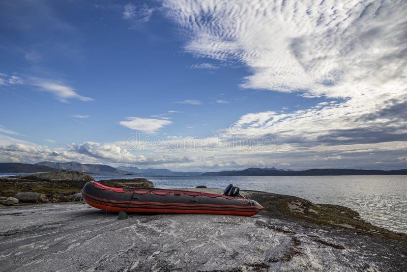 Nadmuchiwana czerwona łódź morzem obraz royalty free