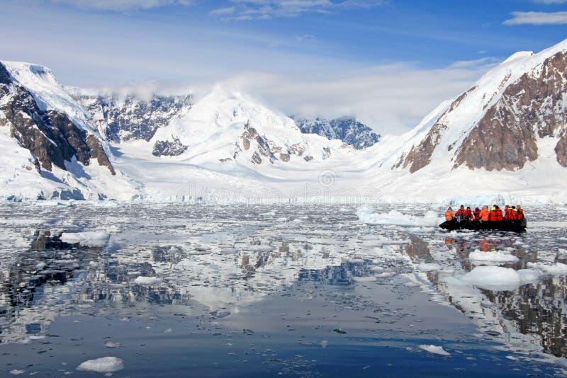 Nadmuchiwany łódkowaty pełny turyści, oglądający dla wielorybów i fok, Antarktyczny półwysep zdjęcie royalty free