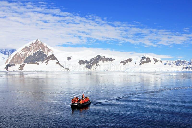 Nadmuchiwany łódkowaty pełny turyści, oglądający dla wielorybów i fok, Antarktyczny półwysep zdjęcia royalty free