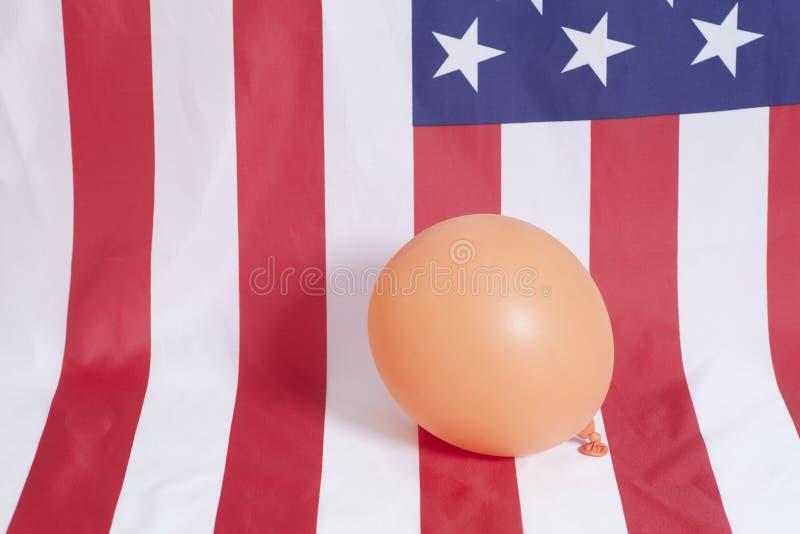 Nadmuchiwany balon na flaga amerykańskiej tle fotografia royalty free