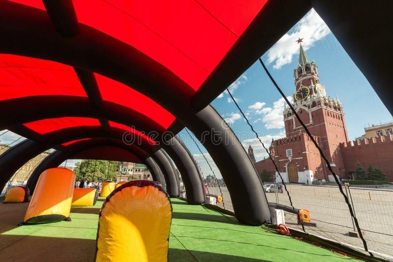 Nadmuchiwany hangar dla paintball przeciw Kremlin. fotografia stock