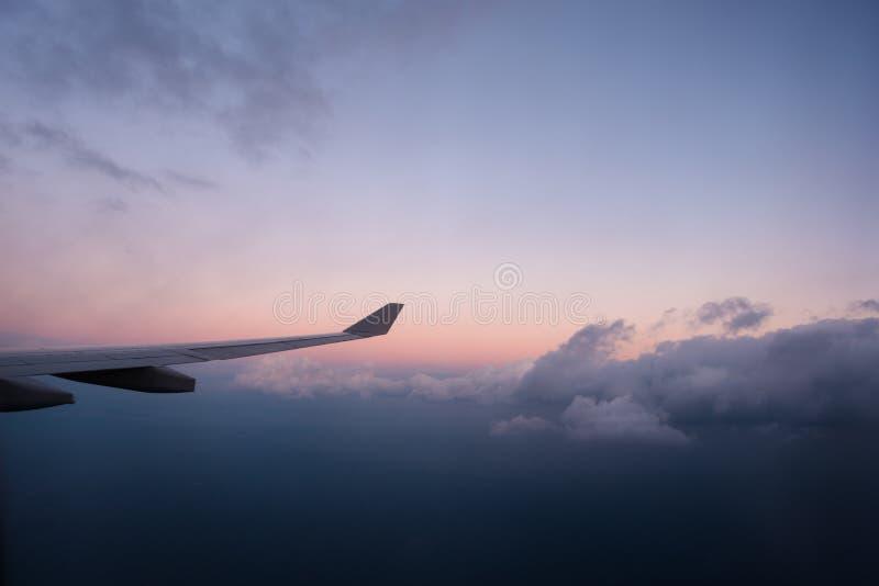 Nadokiennego siedzenia lataj?ca wysoko?? nad chmury zdjęcie stock