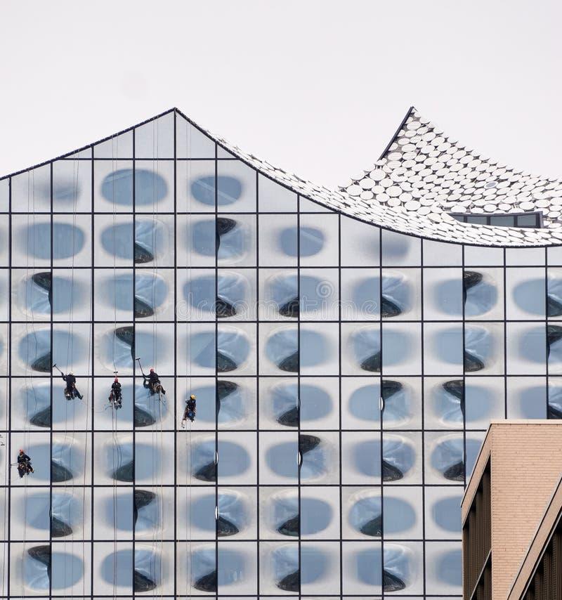 Nadokienni czyściciele czyści Elbphilharmonie fotografia stock